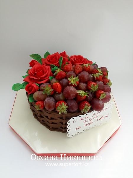 Торт Корзина с алыми розами, виноградом и клубникой