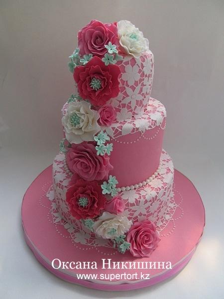 Свадебный торт Паутина любви с каскадом цветов