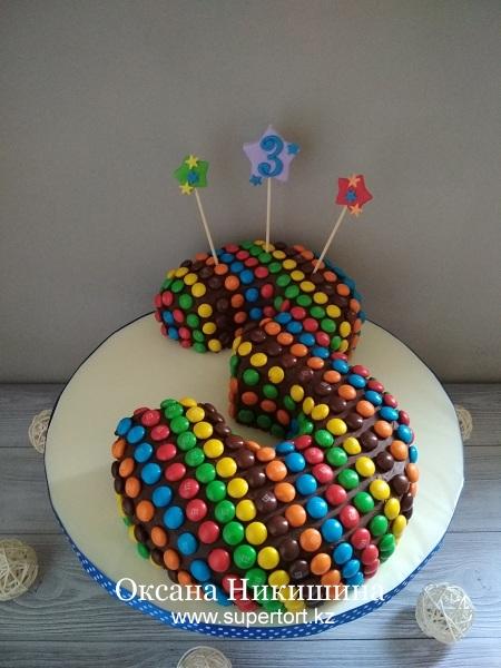 """Торт """"Цифра из конфет М&М"""""""