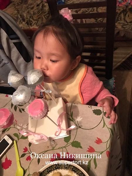 Дария ест кейк попсы :)